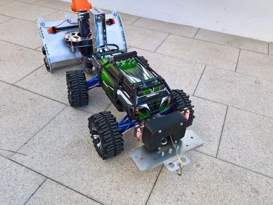 Funktionsfähiges Modell einer Schneefräse, montiert an einem ferngesteuerten Auto